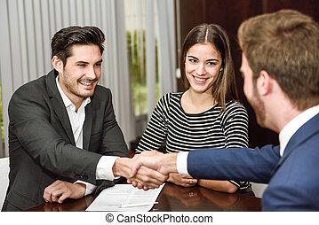 coppia, giovane, agente, mani, sorridente, tremante, assicurazione