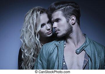 coppia, giovane, moda, abbracciato