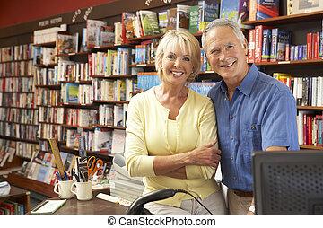 coppia, libreria, correndo