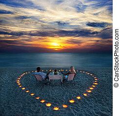 coppia romantica, azione, giovane, cena, spiaggia