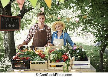 coppia, vendita, verdura, mercato, coltivatori