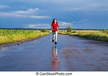 correndo, felice, ragazza, strada, bagnato