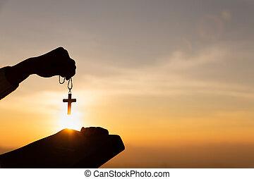 cristiano, bibbia, mani, santo, tramonto, luce, holding donna, silhouette, croce, ascensore, fondo., giovane