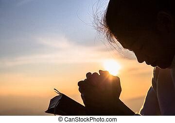 cristiano, silhouette, pregare, religione, aperto, croce, donna, bibbia, alba, concetto, giovane, fondo.