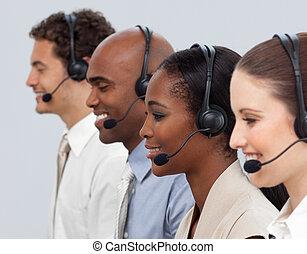 cuffia, affari, usando, colleghi lavoro, concentrati