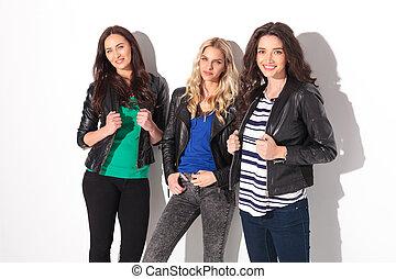 cuoio, tre, giacche, sorridere felice, donne