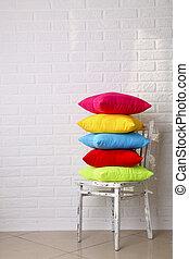 cuscini, colorito, parete, sfondo bianco, sedia, mattone