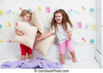 dentro, sorelle, bambini, gioco, letto