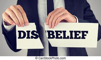 dis-belief, presa a terra, carta lacerata, parole, uomo