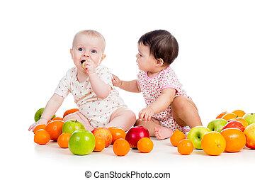 divertente, bambini mangiando, bambini, sano, isolato, sfondo cibo, frutte, bianco