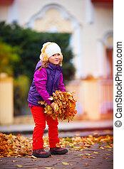 divertimento, bello, ragazza, gioco, detenere, parco, autunno, colorito, sorridente, foglie