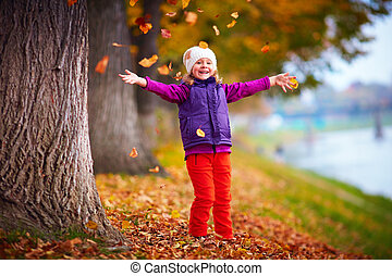 divertimento, piccola ragazza, gioco, detenere, parco, autunno, colorito, carino, foglie