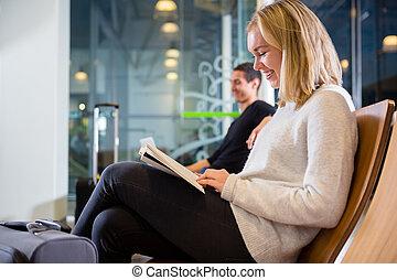 donna, aeroporto, libro, sorridente, lettura, vista laterale