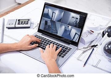 donna, controllo, laptop, cameras, sicurezza casa