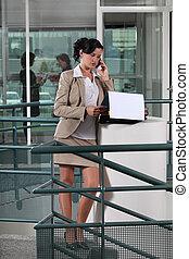 donna d'affari, esterno, telefono ufficio