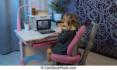donna, educazione, distanza, bambino, compito, ragazza, casa, laptop, insegnante, webcam, lezione, linea