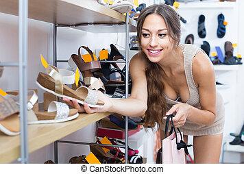 donna, felice, scarpe, presa a terra
