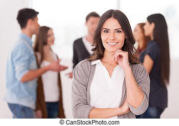 donna, gruppo, presa a terra, comunicare, persone, giovane, mano, fiducioso, mentre, mento, lei, fondo, squadra, leader., sorridente