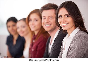 donna, lei, seduta, macchina fotografica, persone, giovane, seminar., mentre, altro, attraente, dietro, sorridente, fila