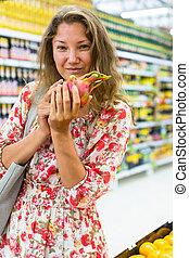 donna, leva piedi, supermercato