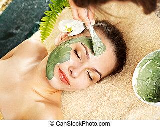 donna, maschera, beautician., facciale, argilla, applicare, detenere