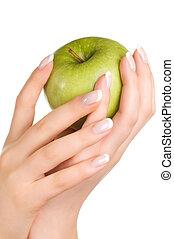 donna, mela verde, mani