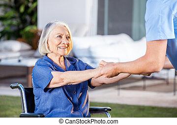 donna, ottenere, carrozzella, su, porzione, infermiera, maschio, anziano
