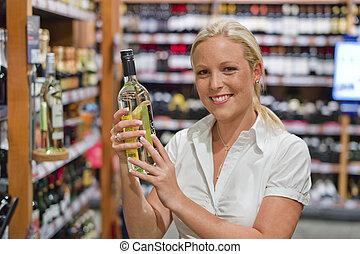 donna, scaffale, supermercato, vino