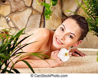 donna, spa., giovane, prendendo massaggio
