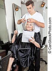 donna, taglio capelli, rivista, mentre, lettura, detenere
