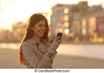 donna, telefono, strada, tramonto, usando, far male