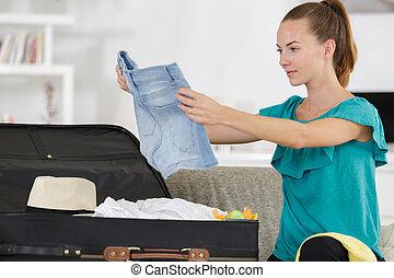 donna, valigia, giovane, disimballaggio