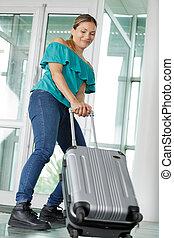 donna, valigia, pesante, porta, attraente