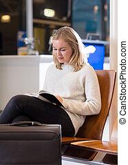 donna, zona, attesa, aeroporto, libro, lettura