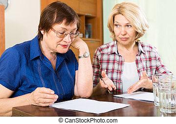 donne, documenti, due, anziano, triste