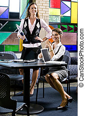 due, giovane, laptops, tavola, riunione, donne