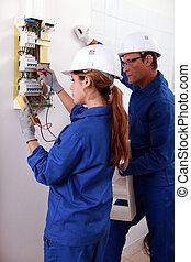elettricista, lei, osservare, controllo, più vecchio, giovane, amperometro, metro elettricità, femmina, usando, uomo