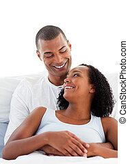 enamoured, cuddling, coppia, loro, dire bugie, letto