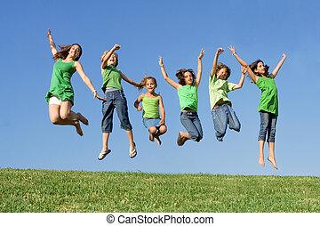 estate, bambini scuola, gruppo, campeggiare, saltare, corsa, mescolato, o, felice