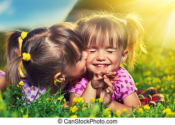 estate, poco, family., ragazze, gemello, ridere, fuori, sorelle, baciare, felice