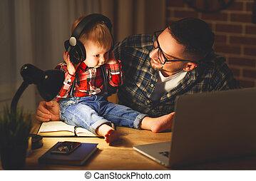 famiglia, cuffie, padre, figlio, ascoltare musica, bambino