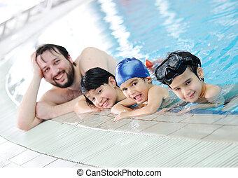 famiglia nuotando
