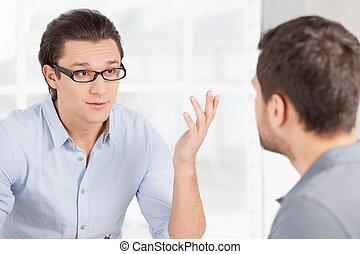 fiducioso, persone, qualcosa, affari, communication., casuale, discutere, gesturing, due, indossare