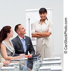 fiducioso, vendite, lei, squadra, sorridente, afro-american, figure, donna d'affari, segnalazione, secondo