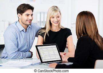 finanziario, coppia, scrivania, dall'aspetto, mentre, consigliere, sorridente