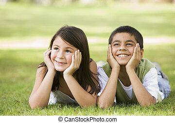 focus), parco, giovane, due, fuori, (selective, sorridente, bambini, dire bugie
