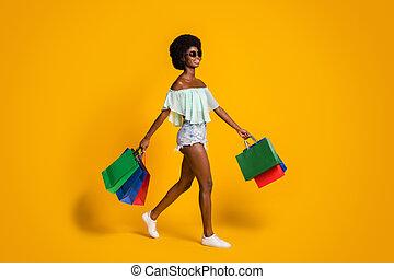 fondo, venerdì, colorare, scorticato, piena lunghezza, ragazza, shopping, pacchetti, giallo, foto, isolato, nero, corpo, camminare, formato, vibrante