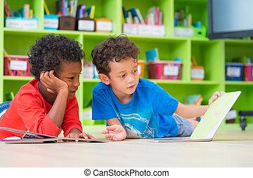 giù, pavimento, prescolastico, asilo, biblioteca, due, capretto, ragazzo, disposizione, racconto, scuola, concetto, lettura, educazione, libro