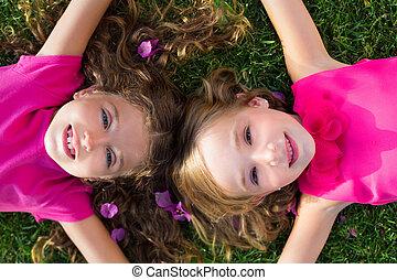giardino, ragazze, dire bugie, sorridente, erba, bambini, amico