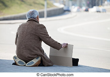 ginocchia, suo, seduta, depresso, manifesto, tramp., presa a terra, uomo, vista posteriore